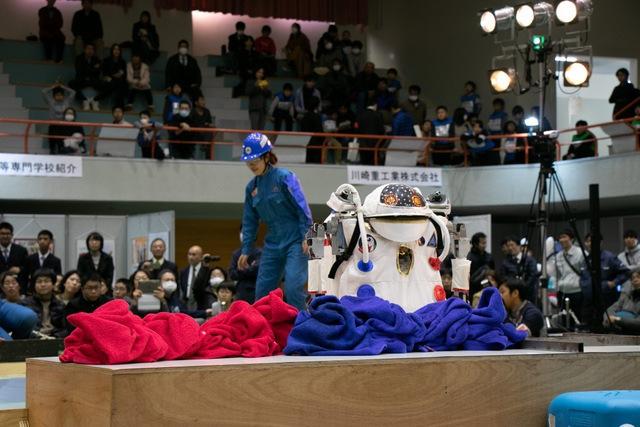 ロボットが洗濯物を集めます